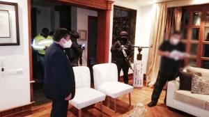 Acción. Miembros de la Fiscalía y la Policía durante los allanamientos efectuados esta madrugada por actos de corrupción en Petroecuador