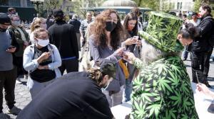 A los vacunados contra el covid-19 en Estados Unidos les dieron marihuana gratis.