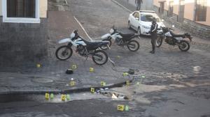 Personal de Criminalística recoge evidencia en el asfalto.