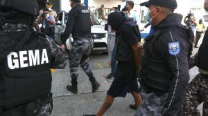 Resguardado por policías Álvaro Cagua llegó a la Fiscalía para rendir su versión.