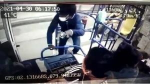 El robo a un bus de la línea 49 quedó registrado en cámaras de seguridad.