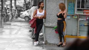Las trabajadoras sexuales se instalan en cada esquina de la calle.