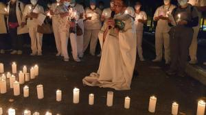 El personal médico y los familiares de los pacientes internados por la pandemia se unen oración.