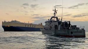 Personal del Ministerio de Salud se acercó al buque para tomar pruebas a los tripulantes.