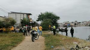 Agentes de la Policía Nacional realizan pericias en el sitio.
