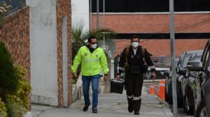 Agentes de Criminalistica llegan al sitio al sitio donde se abría registrado una riña entre el exministro de salud Mauro Falconí y el defensor del Pueblo Freddy Carrión.