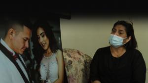Kathy Muñoz, madre de Lisbeth observa la foto de la boda de su hija Lisbeth y Luis Hermida.