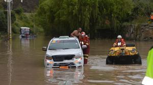 Hubo caída de árboles y rocas por el desbordamiento del río Cuenca que sufrió la capital de Azuay.