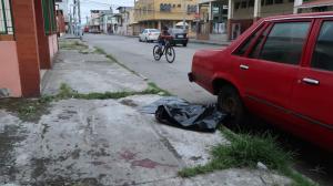 La víctima se encontraba junto a un vehículo en el momento en que fue atacado por motorizados