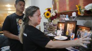1.  Audry Pita y Edgar Mena aún no hallan consuelo tras la muerte del tercero de sus hijos, Leonardo Sebastián. Su madre prendió una vela al recordar el primer año de su partida.