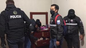 Agentes policiales hallaron objetos presuntamente robados dentro de uno de los domicilios.