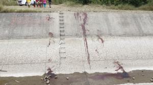Policía asegura que fueron asesinados en otro sector y luego arrojados a este canal de agua.