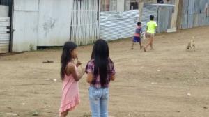 Una niña recibe clases en casa de la mano de su madre. Su hogar no cuenta con Internet.