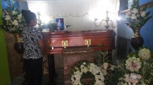 Los restos del taxista informal, Fidel Alejandro Monserrate Pinto, son velados en la sala de su vivienda.
