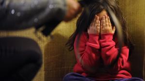 Madre maltrató a su hija para enviarle videos a su papá.