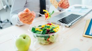 Entre comidas, es recomendable tener una alimentación a base de frutas y vegetales.