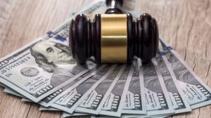 martillo-juez-dolares-americanos-sobre-mesa-madera_359031-6703