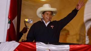 Pedro Castillo se declara presidente del Perú al terminar el conteo de votos.