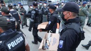 n cartones y fundas los policías retiraban las armas cortopunzantes encontradas en la 'Peni'.