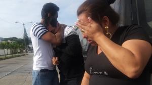 El padre del fallecido, Carlos Cabrera es consolado por sus familiares.