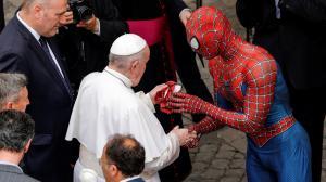 El joven, de 28 años, disfrazado del superhéroe de Marvel le regaló una máscara del famoso personaje
