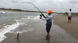 Pescadores de playa coge pez 2