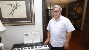 Era pianista y docente jubilado con 45 años de carrera en el mundo artístico.