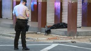 Julio Santiago Valverde cayó abatido en esta esquina, tenía a su niña en brazos.