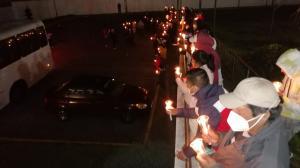 Familiares de los detenidos encendieron velas y gritaban libertad.