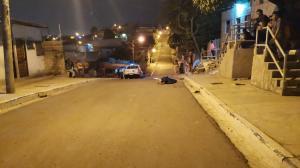Moradores salieron de sus casas para observar el cuerpo sin vida de su vecino. La Policía llegó al lugar para recabar indicios.