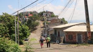 Moradores hablan con recelo de lo que ocurre dentro del cerro Las Cabras. Evitan dar sus nombres.