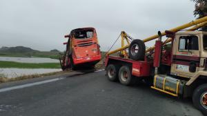 El autobús fue retirado del sito del accidente.