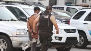 El involucrado tenía en su poder una pistola, un martillo, dinero en efectivo, entre otros objetos. Es de nacionalidad venezolana.