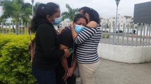 La viuda, Angélica Abad, recibe el consuelo de sus familiares.