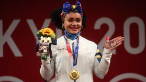 Neisi dedicó a su mamá y hermano fallecido con una leyenda escrita en la palma de su mano izquierda al subir al podio para recibir el oro de Tokio.