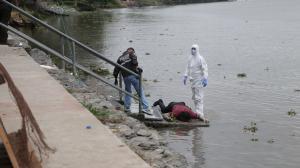 Agentes de Criminalística y de la Dinased llegaron al río Daule para retirar el cadáver.