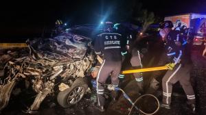 Personal de rescate de la CTE retira el cuerpo de Jonathan Rosado Bermeo.