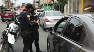 La policía realiza operativos en el lugar donde asaltaron a una farmacia.