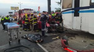 El auto rojo conducido por Luis Unapucha y en el que también viajaba Rosa Méndez (fotos) se incrustó contra un bus.