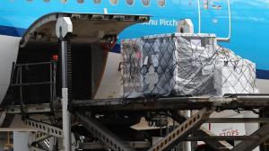 Fotografía de la llegada de un cargamento con más de 100.000 vacunas contra la Covid-19 donadas por España hoy, en el aeropuerto internacional Mariscal Sucre, en Quito.EFE