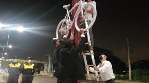 La bicicleta fue puesta como homenaje al ciclista fallecido.
