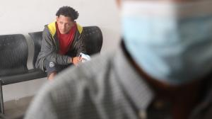 Juan Arreaga estuvo amarrado de pies y manos con fundas plásticas. El detenido (atrás) Jesús Angulo Borbor, tiene un proceso por trafico de droga.