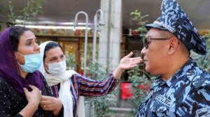 Decenas de refugiados afganos protestan frente a la sede de la ONU en Biskek