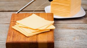 Adolescentes, en TikTok, se graban tirando rebanadas de queso sobre cosas.