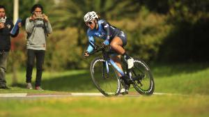 La tricolor Miryam Núñez con el uniforme que lucirá en el Giro de la Toscana.
