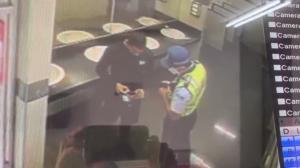Cámaras de seguridad registran la 'conversación' entre el ATM y un ciudadano.