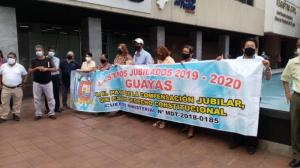 Un grupo de maestros espera en los exteriores de la Defensoría del Pueblo, antes de ser atendidos.