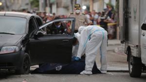 Marcos Eduardo Holguín Martillo fue acribillado cuando conducía su vehículo. Su esposa también recibió tres tiros. Se encuentra estable.