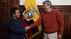 El presidente (d) y el alcalde saludan en la oficina del jefe de Estado en Carondelet.