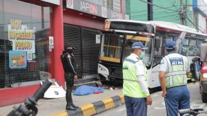 Los cuerpos de las dos mujeres quedaron debajo del bus. La chica falleció en el lugar.